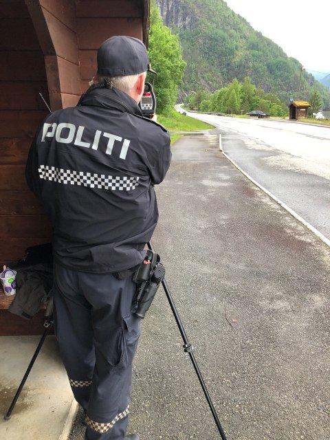HAR KONTROLL: Geir Telle fra Hardanger lensmannsdistrikt under dagens laserkontroll på E 134.