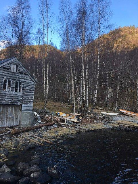STRIDENS KJERNE: Kven som skal betala for ei trygg båthamn ved Tøsse er stridens kjerne i Åkrafjorden. Nå kjem kraftutbyggjarane dei stridande partane til assistanse.
