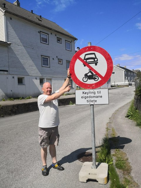 FRUSTRERT: Oskar Eriksson har fått nok av bilister som tar seg friheter og trosser skiltene.