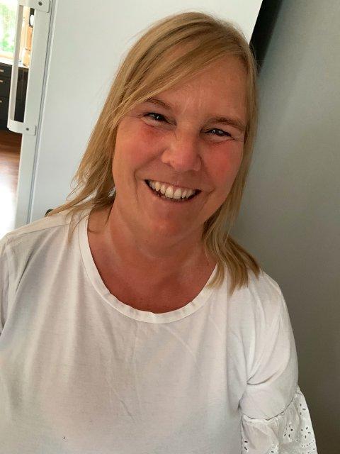 NY MASKIN: Berit Lunde (52) fra Haugesund er glad for at fylkeslaget får ny punktskrift-utskriver.