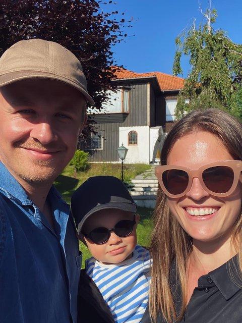 HØYESTE BUD: Etter en spennende boligjakt, fant endelig Kristoffer Brandtzæg Eileraas og Caroline Smedsvig huset der sønnen Brage (1) skal vokse opp i. Samboerparet skal bruke sommeren på å planlegge hva de skal gjøre med villaen fra 1957.