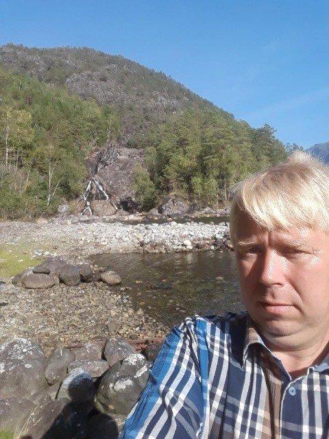 ENDELEG EI LØYSING: Nils Kjetil Eikemo er bonde og fastbuande på Eikemo. Her står han i strandkanten på Tøsse der eikemofolket skal få ei ny, trygg småbåthamn. - Dette er einaste vegen ut til reiser,  butikkar og storsamfunn for oss, seier han.