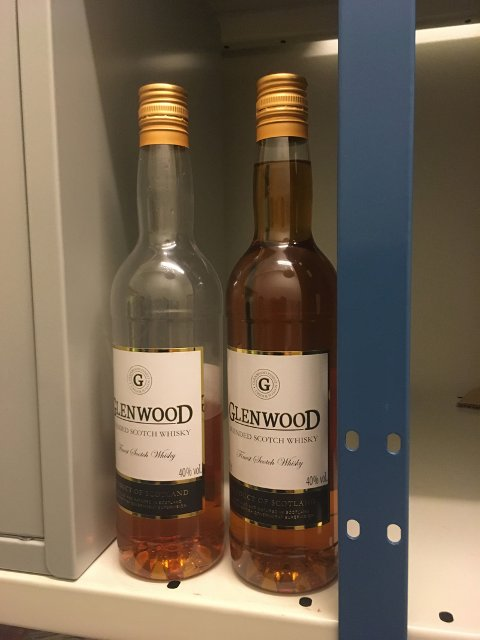 To flasker whisky, der den ene var halvfull, ble funnet i bilen. Sjåføren erkjente å ha drukket, og undersøkelse viste at han var på stigende rus.