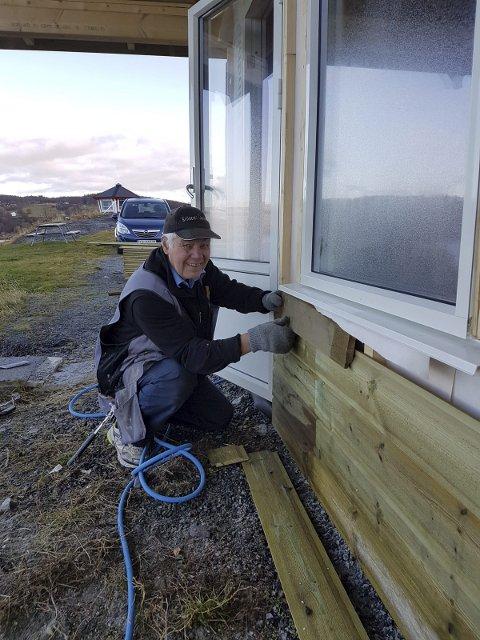 Snekker: For å bygge de to nye hyttene har Reidar Eriksen fått hjelp av sin 83 pr gamle bror, Peder Eriksen.Den ene hytta står ferdig, mens den andre er ferdig innredet etter jul.  Foto: Reidar Eriksen