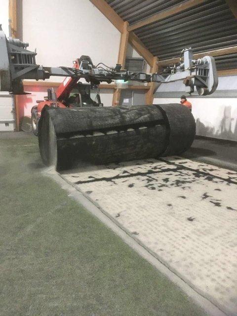 ERSTATNING: Her forsvinner det gamle dekket. Nytt kunstgress i Helgelandshallen. Her forsvinner det gamle