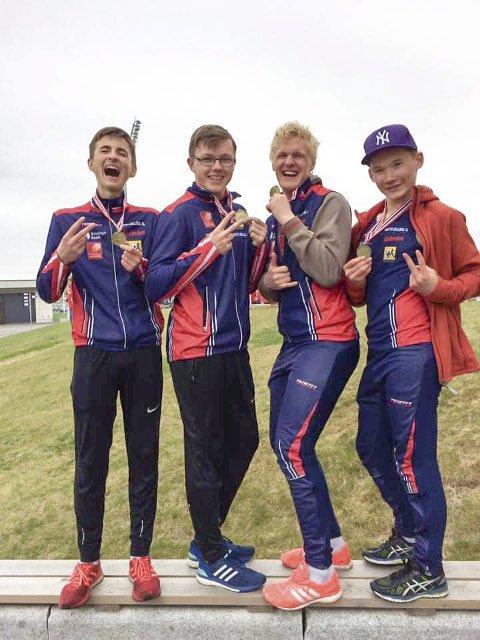 Fornøyde løpere med  bronsemedaljene. Fra venstre Sondre Mjølkarlid, Atle Skundberg, Sivert Jarmund og Laara Sparrok Larsen.