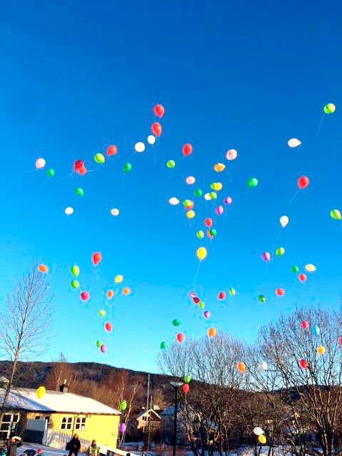 I fjor sendte elevene ved Olderskog skole opp disse ballongene. I år har de all grunn til å sene ut nye ballonger - nå om de har fått to ekstra lærere. Heretter skal det bare være 16 elever per lærer.