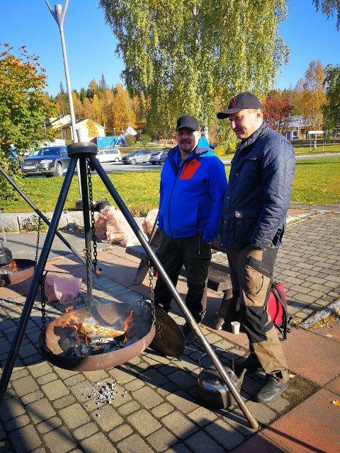 Peter Östergren og Bjørn Finseth kokte kaffe til besøkende.