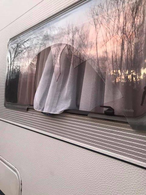 Knust vindu på campingvogn/bil.