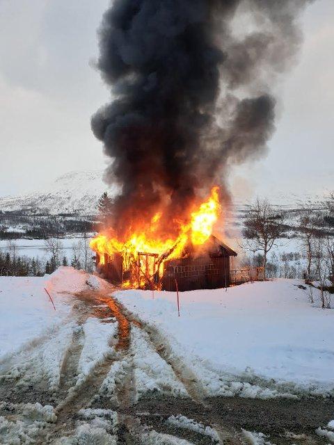 BRANN: Bildet er tatt ca. klokken 1920 onsdag kveld. Hytta ligger i Greineset hyttefelt ved Fiplingvatnet.