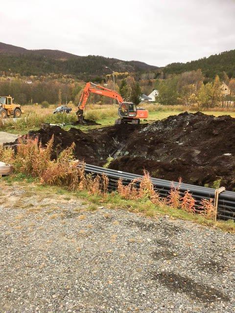 GRØFTEARBEID: Det er rundt 300 meter med nye vannledninger som Ole E. Sønvisen har skiftet ut i Russeluft.