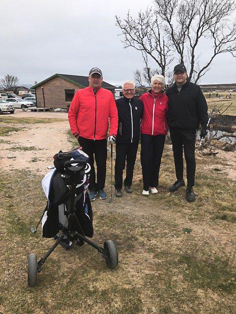 GIKK SAMMEN: Leder Jens Betsi (til venstre) og nestleder Per Ivar Harila (til høyre) i Varanger golfklubb gikk en runde sammen med ildsjel Svein Einarsbøl og golfpresident Marit Wiig.