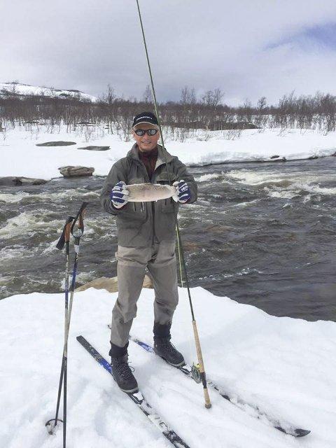 SEIN VÅR: Ole Jacob Kleven måtte ta fram skiene for å komme seg til elvekanten tidligere i vår. Når sesongen kom igang var det ikke behov for frossenfisk lengre. Foto: Camilla Baardsen Kleven