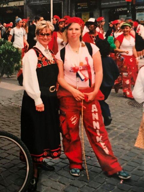 SLITSOMT, MEN MORO: Selv om det var slitsomt med en tenåringsdatter i hus, var det mest moro, mener Kristin Renslo i dag. Her foreviget på 17. mai sammen med sin datter når russetida definitivt nærmet seg slutten i 2004.