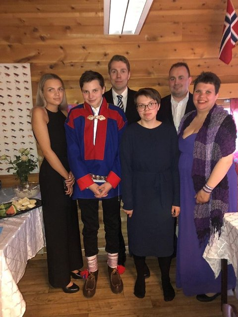 Den unge Høyre-representant til kommunevalget, med sine barn, er kanskje ikke så ung likevel?