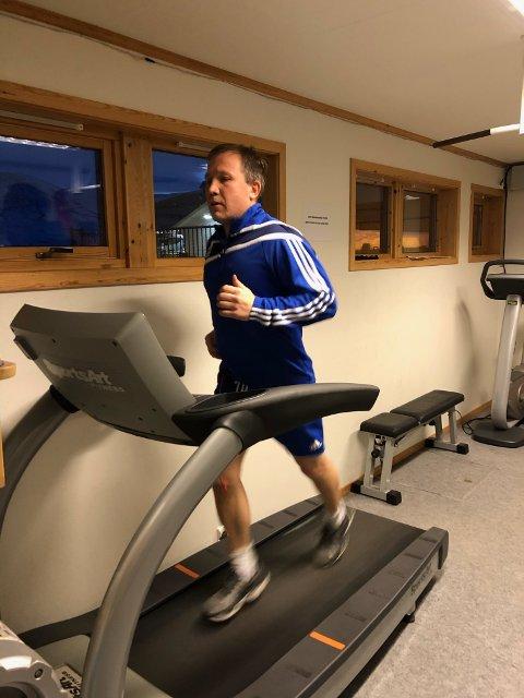 LØPER FRA ANSVARET: - Jeg løper litt som du ser, men Gamvik kommune kan ikke løpe fra sitt økonomiske uføre og tro at de ved å innføre treningsavgift på et lite idrettslag kan berge økonomien, sier Frode Nilsen.