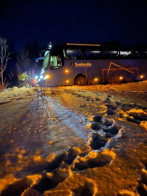 FORBLÅST: Boreals rutebuss havnet ut av veien på Hatter tirsdag.