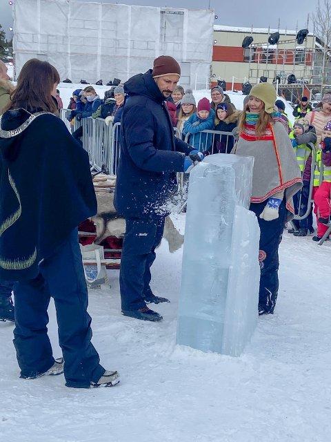LAGDE EGEN ISKUNST: Kronprinsen fikk råd og tips fra iskunstneren Laila Kolostyak da han fikk prøve seg som iskunstner.