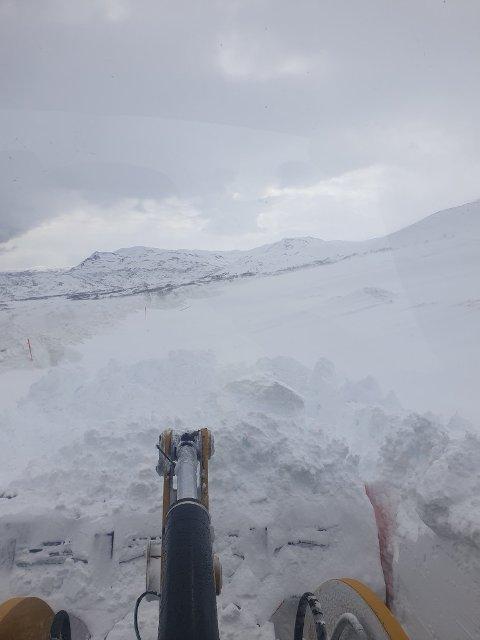 Like før klokka 12:30 fredag deler VTS dette bildet fra Kvænangsfjellet. De sliter med å få åpnet veien.