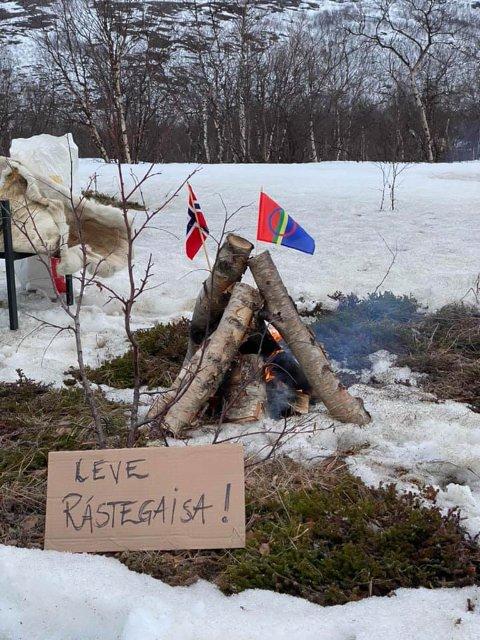 LEVE: Folkeaksjonen mot vindkraft nord for Ràstegaisa oppfordret til varder i alle fasonger fredag.