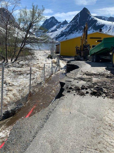TETT PÅ: Elveløpet går tett på settefiskanlegget Akvafarm i Bergsbotn. I dag måtte anlegget sikres med masser da et snøskred ned i Ersfjordvannet presset store mengder vann ut i elva.