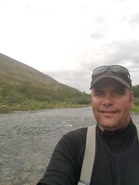 FRUSTRERT EIER: Tommy Kollstrøm eier en fritidseiendom i Nordfjord, rett ved Syltefjorden i Båtsfjord. Han er frustrert over at han heller ikke denne sommeren kan få sette opp en grillstue han ønsker seg på egen tomt.