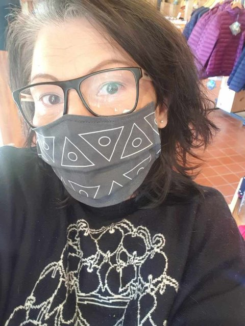 MASKEFIN: Den samiske designeren Anne Berit Anti i Abanti design iført egendesignet munnbind i tekstil.