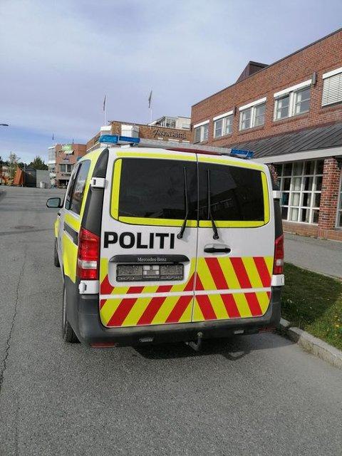 POLITI UTEN SKILT: Dette bildet av politibilen uten skilt ble tatt av en altamann ved 16-tiden mandag.