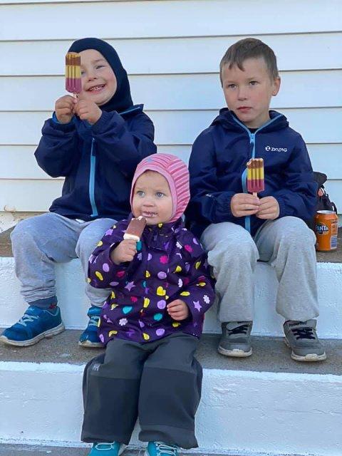 SMAKTE GODT: De minste deltakerne koste seg med is og brus. Her søskentrioen Matias (bak til venstre), Sindre og June Johansen.