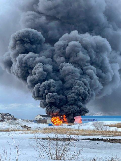 OVERTENNING: Her står flammene opp av bygget.
