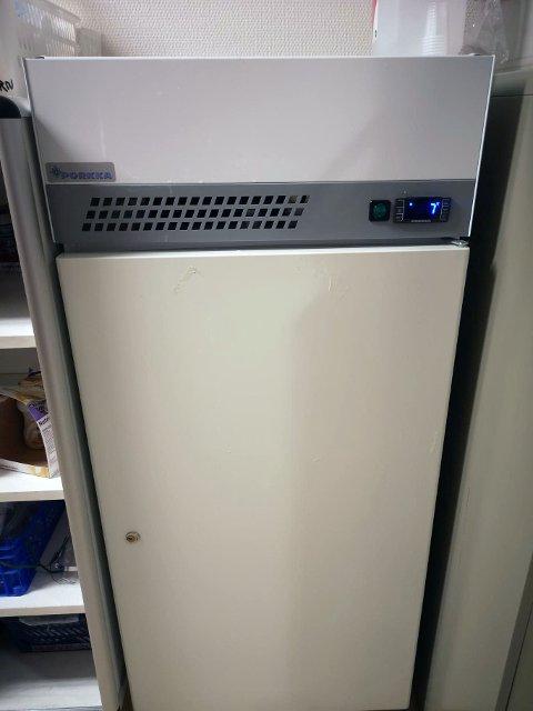 FOR VARMT: Inne i dette kjøleskapet ble det litt for varmt for vaksinene.