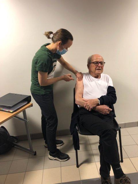 VAKSINE: Her får Atle Aune (95) koronavaksine av helsesykepleier Trude Matberg.