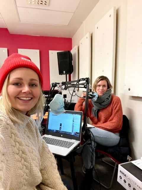 BIBLIOTEKET MED PODCAST: Ylva Almås Haugan og bibliotekar Siri Okkenhaug Bævre i studio på Ungdomshuset.