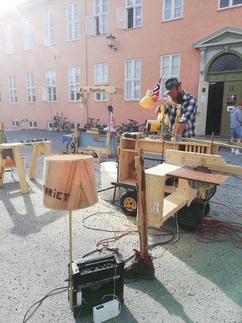 BYGGEHGGE MED UNGDOMMER: Trelaboranten Hågen Trætli har hat byggeworksshop med ungdommer denne våren.
