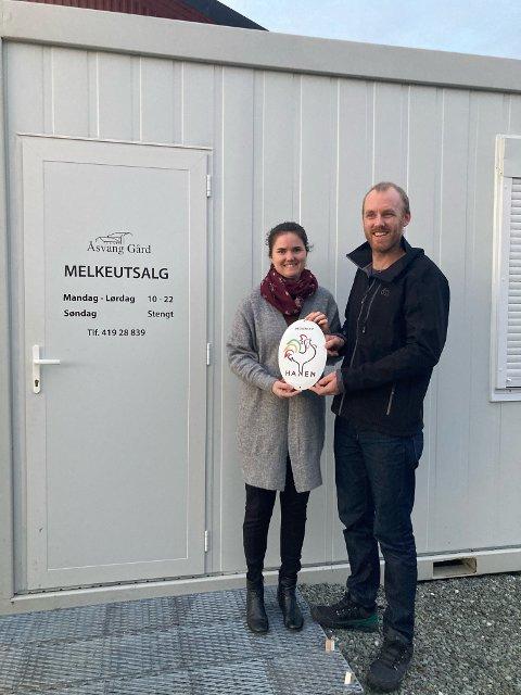 HANEN: Ingeborg Gangås Næss og Torstein Næss fikk fredag beviset på at Åsvang gård er tatt opp som medlem i HANEN.