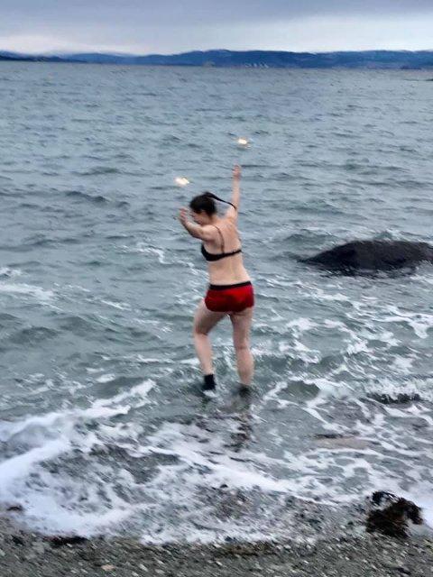 NY TRADISJON: Damene ser ikke bort fra at nyttårsbading kan bli en ny tradisjon