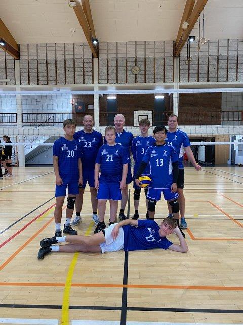 STORESLEM: Inderøys volleyball-herrer vant begge åpningskampene under serieåpningen i volleyballens 3. div. for damer og herrer i Verdalshallen sist helg.