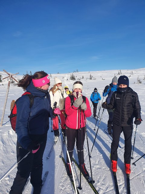 TØFF TUR: Sterk vind og nærhet til elementene for 10. trinn ved Inderøy ungdomsskole når de skulle over høyfjellet på Hårskalen. Alle gjennomførte.