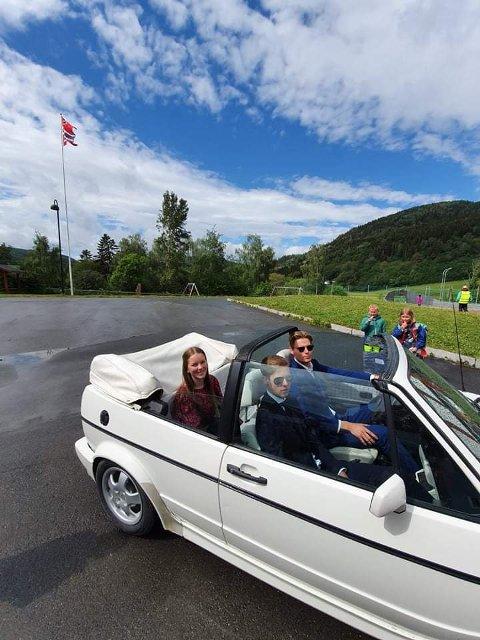 I CABRIOLET:Storfint besøk må ha storfin transport.Malin Fossum ankom skolen i åpen bil med to staute livvakter,  sjåfør Kristian Melting og Jens Ole Vik Aarmo.