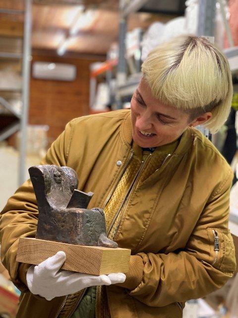 FEIRER: Maria Veie Sandvik i magasinet med skulptur av Nils Aas. Fredag feirer kunstverkstedet 25 år.