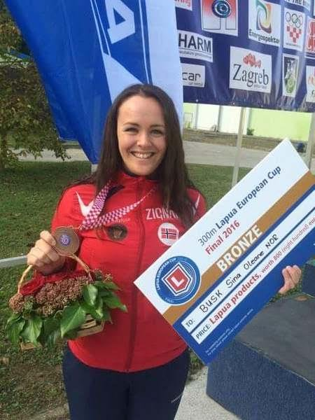 BRONSEJENTE: Sina Busk med medaljen fra europacupfinalen i 3x20 skudd.