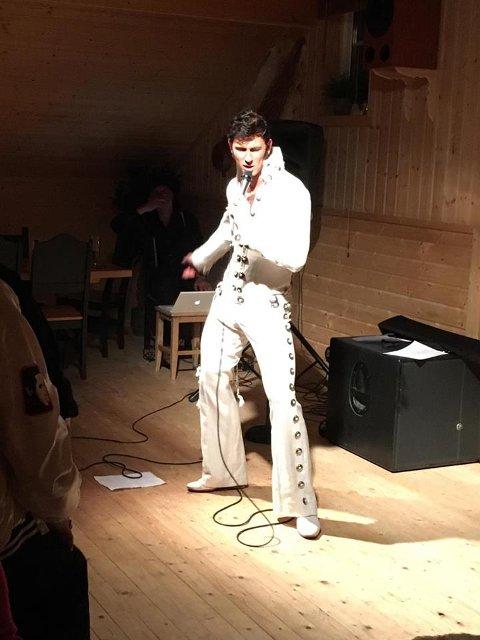 ROCKET LØKEN: Tony Nilsson skapte stemning med sine Elvis-låter på Løken fredag kveld. Foto: Privat