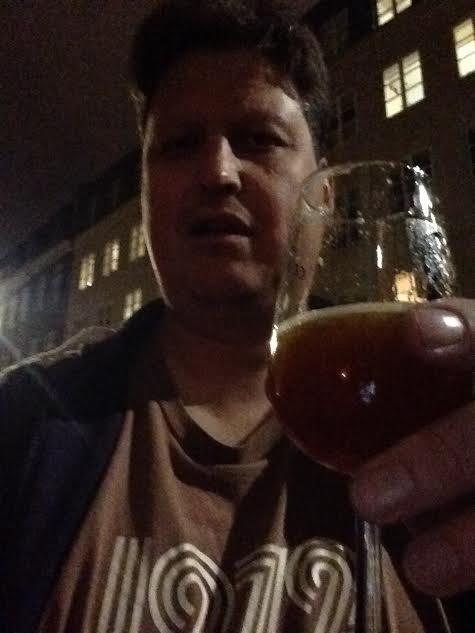 MØRKEMANN: Mørt og mørkt øl er godt.