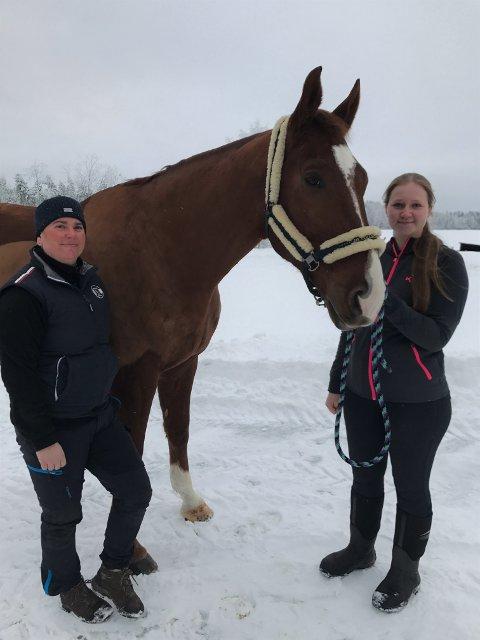 """Kiropraktor: Lene Olsen (t.v.) er veterinærkiropraktor med fordypning i hest. Jevnlig behandler hun Line Ringkilens hest """"Elegant""""."""