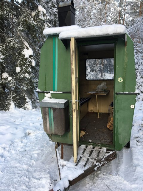 Skuddhull: Det er skutt flere skudd innenfra denne arbeidsbrakka på Rømskog. Foto: Politiet