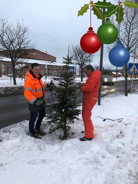 OPPGITT: Geir Apeland (t.v.), her med pappa Gunnar Apeland, i Sørumsand Musikkorps synes det er trist at tyver har stjålet juletrær fra julegata på Sørumsand. FOTO: PRIVAT