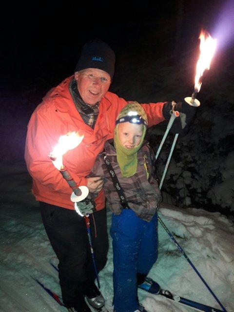 UT PÅ TUR, ALDRI SUR: Harald Bjørn-Larsen tar gjerne med barnebarnet Henrik på skitur på Mangen. Her fra måneskinnstur med fakler. Foto: Privat