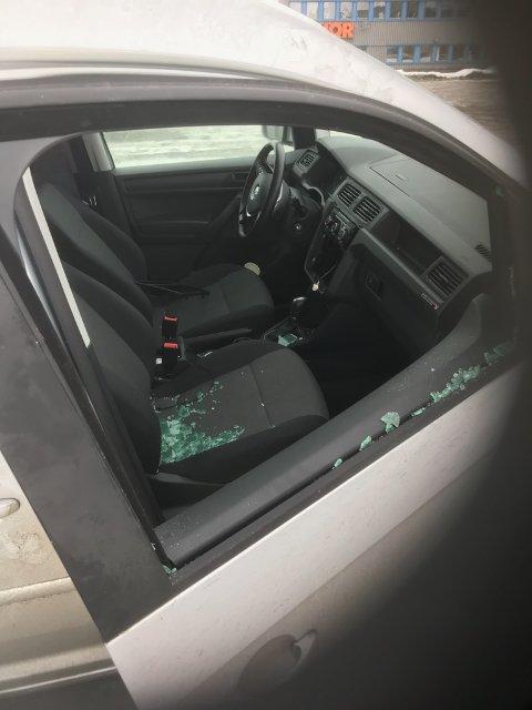 Stjeler radioer: Innbruddstyvene gikk kun for DAB-radioen i denne bilen. Lommeboka fikk ligge i fred.