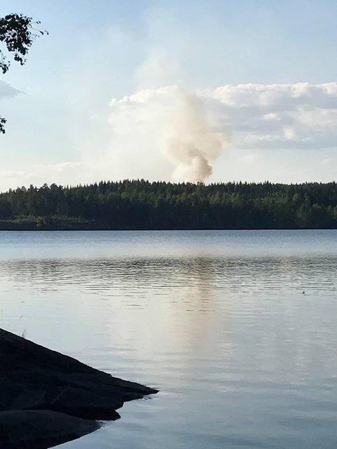 SKOGBRANN: Det brenner på Nordre Mangen. FOTO: ANITA JACOBSEN