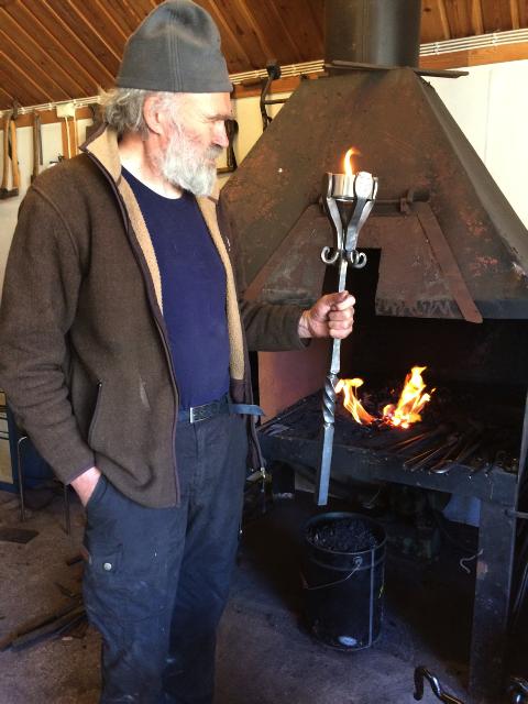 Smeden Ola Martinsen er med i det nye prosjektet «Skoginger», der 14 aktører sør i Hedmark og øst i Akershus har gått sammen om å tilby kulturreise på skauen. Foto: privat